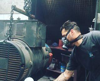 homem realizando a Pintura de Motores Elétricos